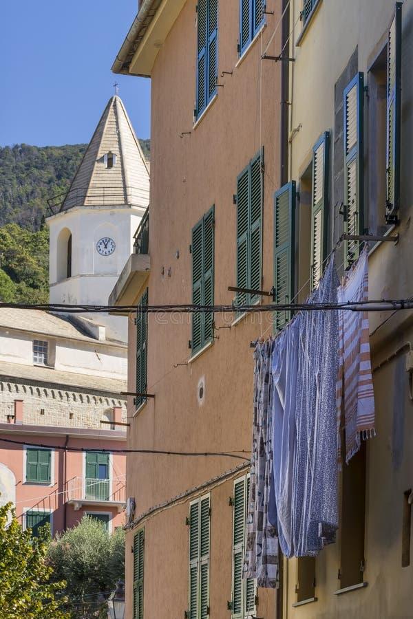 Typische steeg van het oude dorp van de heuveltop van Corniglia, Cinque Terre, Ligurië, Italië royalty-vrije stock foto