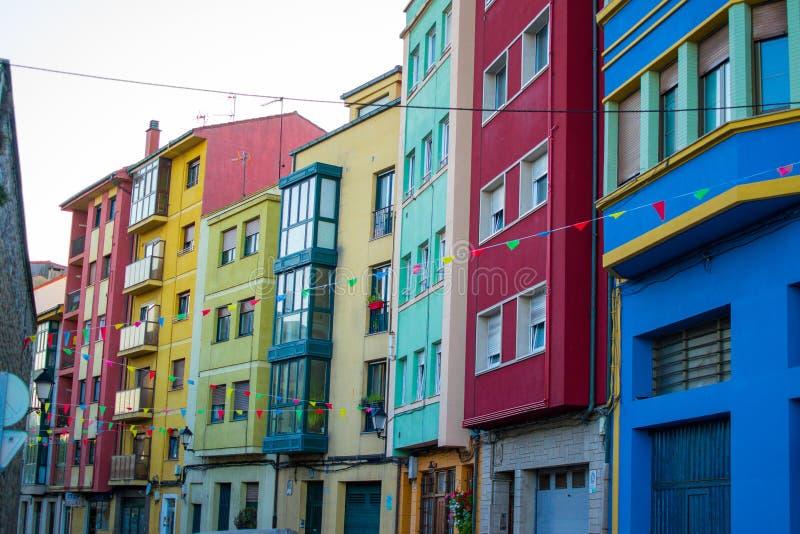 Typische Straße in Cimadevilla, in der alten Stadt von Gijon, Asturien Spanien, mit bunten Gebäuden und Parteiflaggen stockfotografie