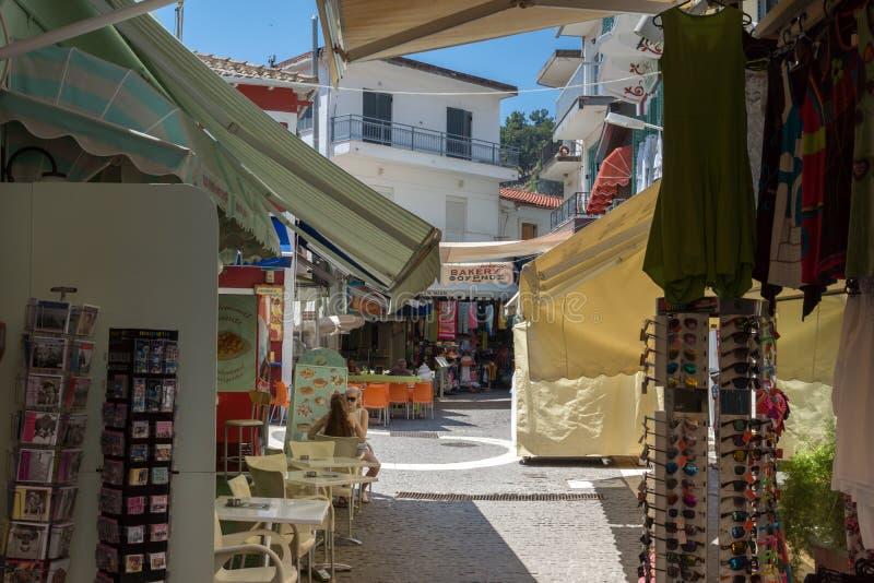 Typische Straße in der Stadt von Parga, Epirus, Griechenland lizenzfreies stockfoto