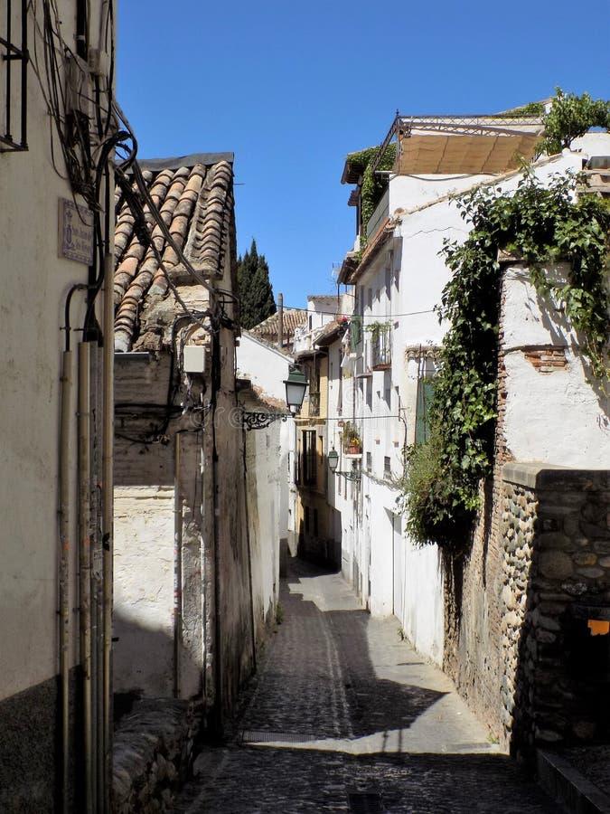 Typische Straße des Albayzin-Granadas - des Andalusiens lizenzfreie stockbilder
