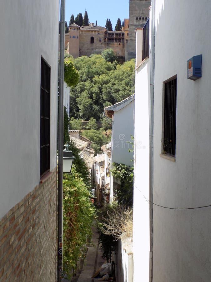Typische Straße des Albayzin-Granadas - des Andalusiens lizenzfreies stockfoto