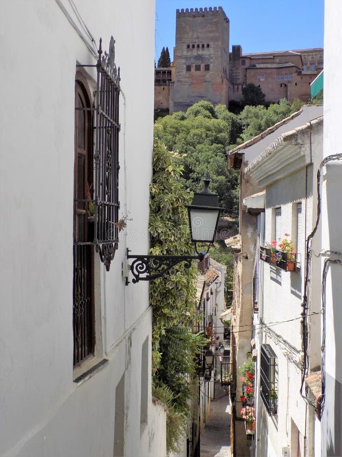 Typische Straße des Albayzin-Granadas - des Andalusiens stockfotografie