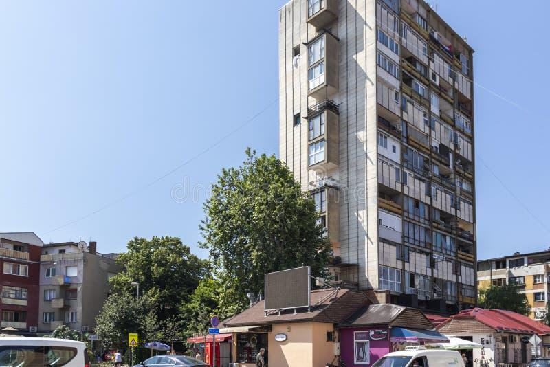 Typische Straße und Gebäude in der Stadt von Pirot, Serbien lizenzfreie stockbilder