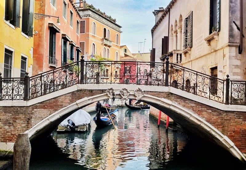 Typische Straße Venedigs, mit bunten Häusern und Brücke, Italien stockbild