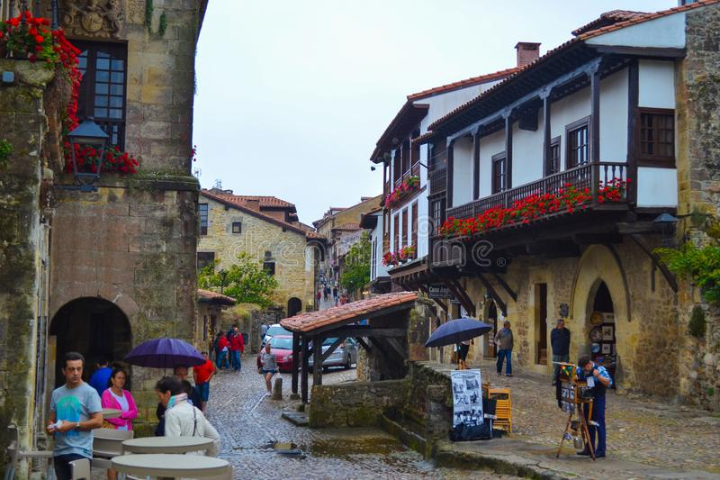 Typische Straße von Santillana Del Mar, Kantabrien, Spanien stockfotos
