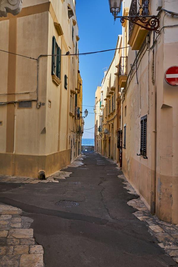 Typische Straßen der alten Stadt Gallipoli in Apulien Italien während eines hellen Sonnentags stockbilder
