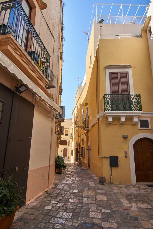 Typische Straßen der alten Stadt Gallipoli in Apulien Italien während eines hellen Sonnentags stockfoto