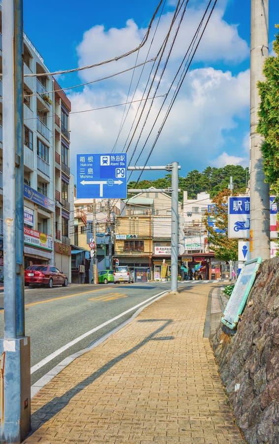 Typische Straßenansicht in Atami, eine historische Stadt in der Präfektur Shizuoka, Japan lizenzfreie stockfotografie