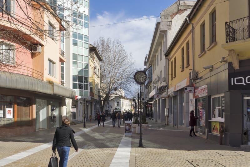 Typische Straße in der Mitte der Stadt von Haskovo, Bulgarien stockfotos