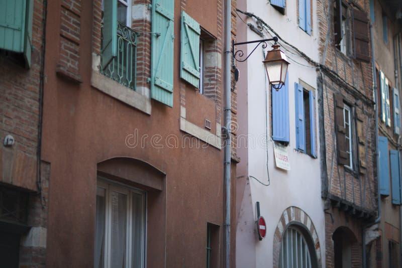 Typische straat in Albi stock afbeelding