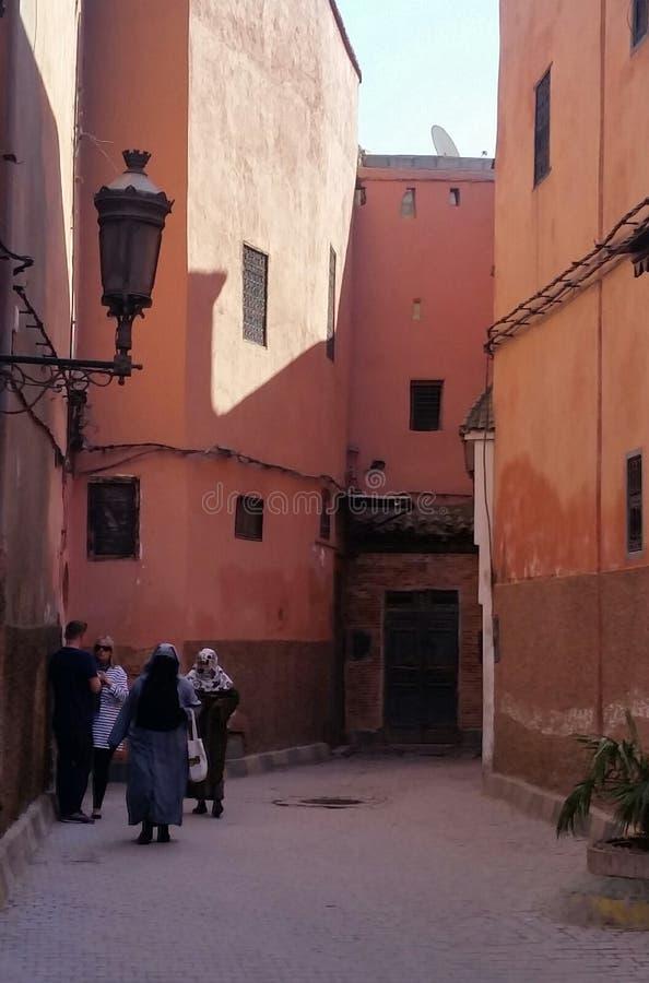 Typische straat in de medina oude stad van de roze stad van Marrakech, Marokko stock afbeeldingen