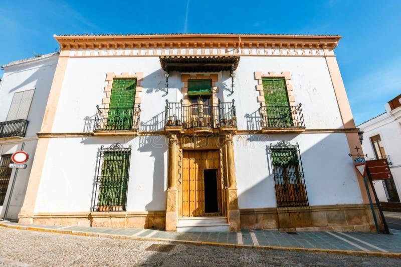 typische straat in historisch district van Ronda, Spanje stock foto's