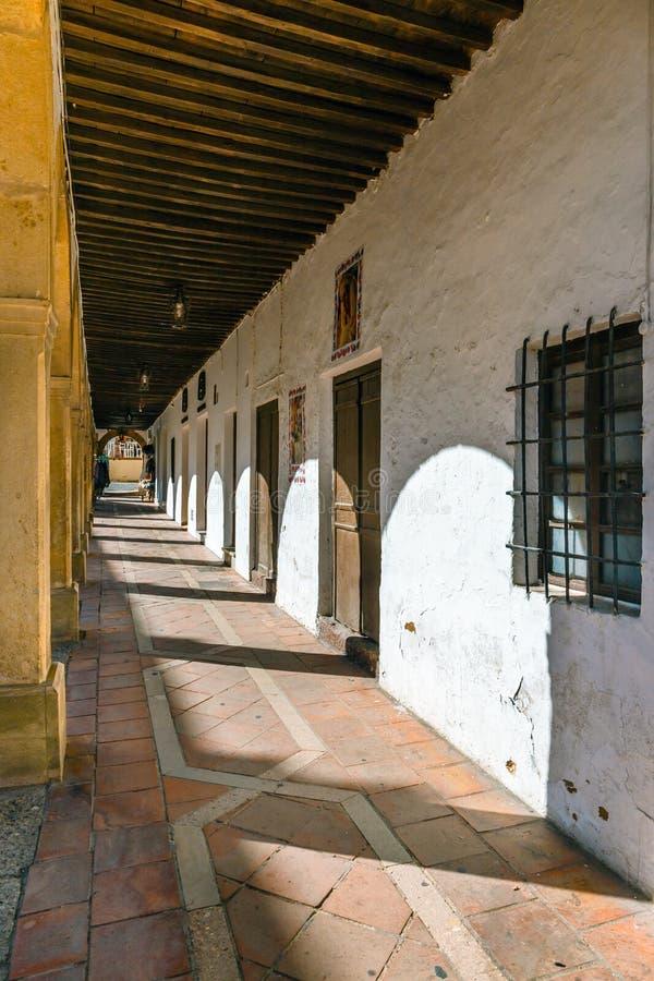 typische straat in historisch district van Ronda, Spanje royalty-vrije stock afbeelding
