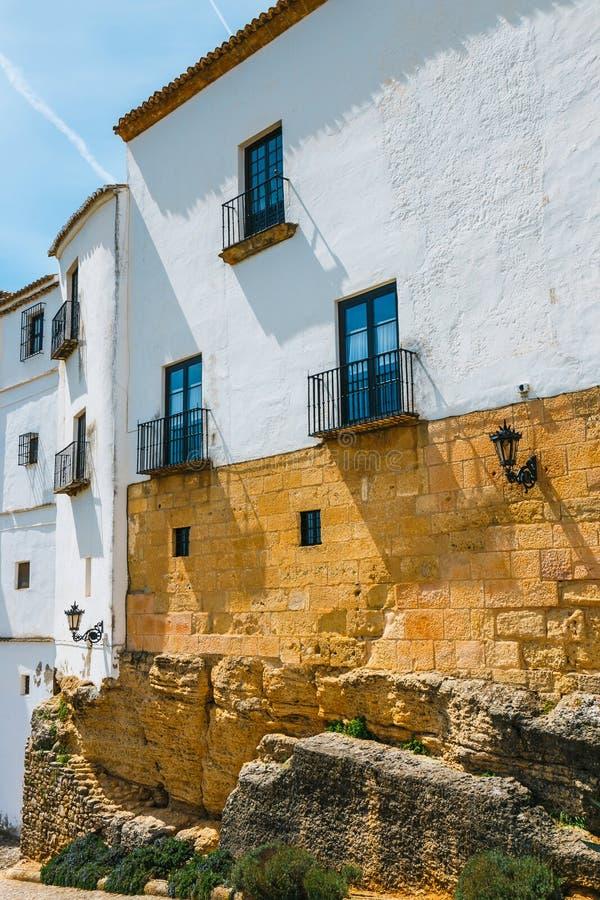typische straat in historisch district van Ronda, Spanje royalty-vrije stock fotografie