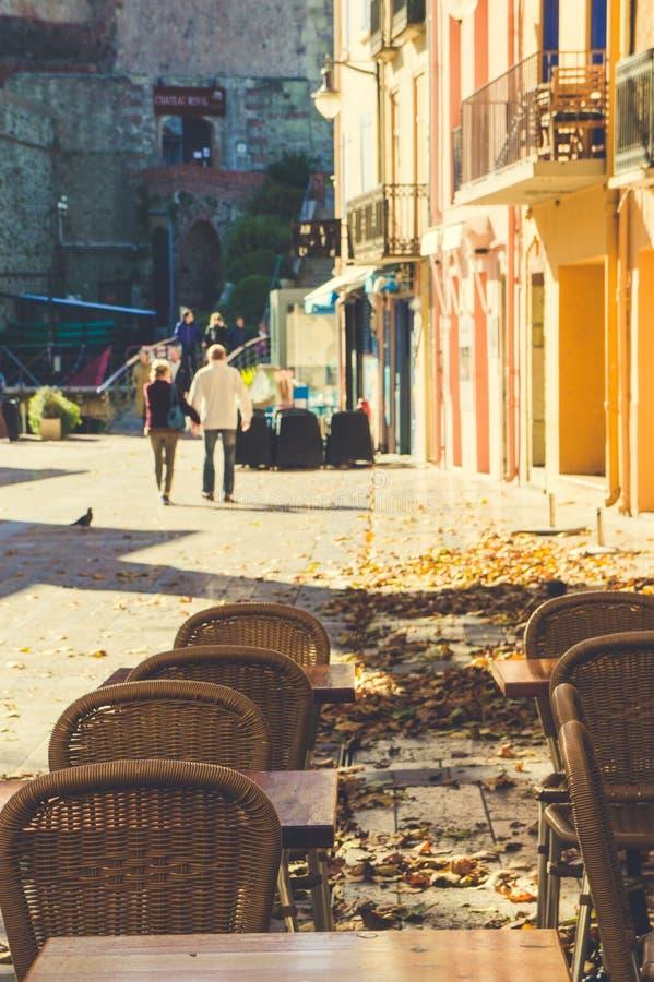 Typische straat met koffielijsten en gouden dalingsbladeren in Frans dorp Collioure royalty-vrije stock foto
