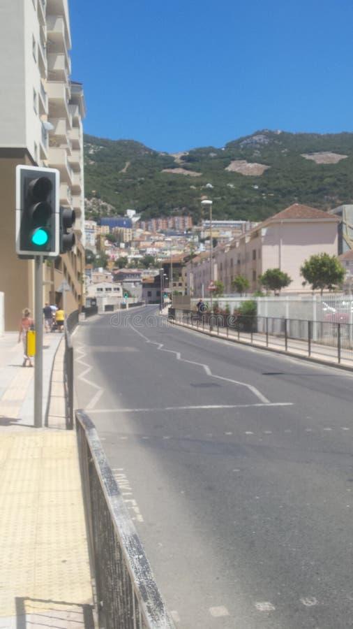 Typische Straatmening in Gibraltar, met Hogere Rots op Achtergrond royalty-vrije stock afbeeldingen