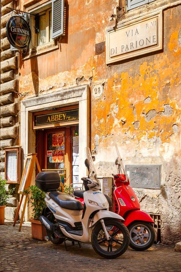 Typische straatscène in Rome met autopedden op een oude smalle straat stock foto