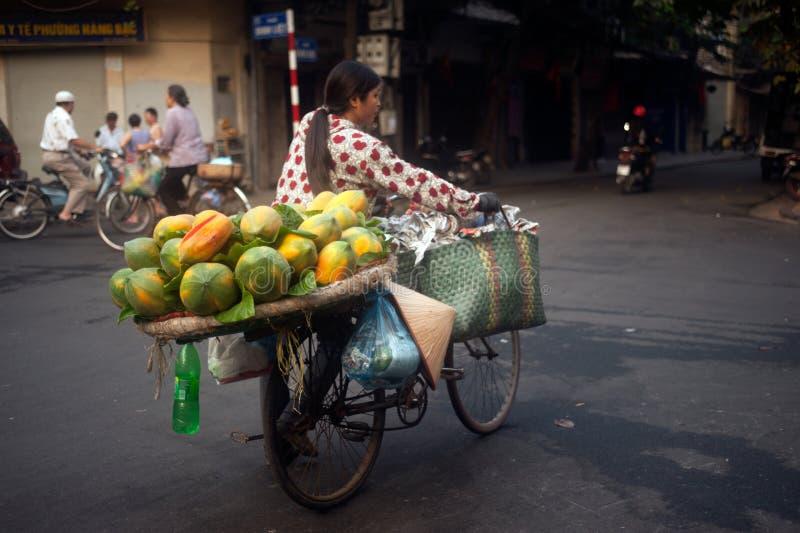 Typische straatventer in Hanoi, Vietnam royalty-vrije stock fotografie