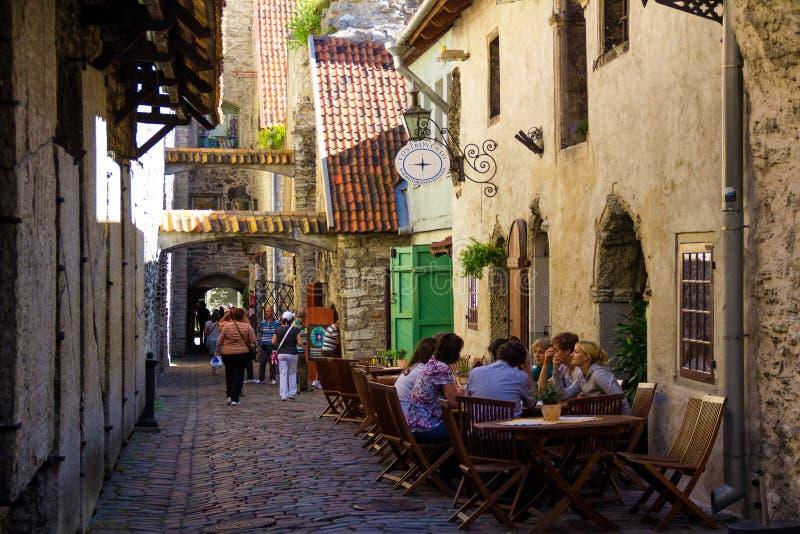 Typische Tallinn-Straße mit Café, Touristengehen lizenzfreie stockfotos