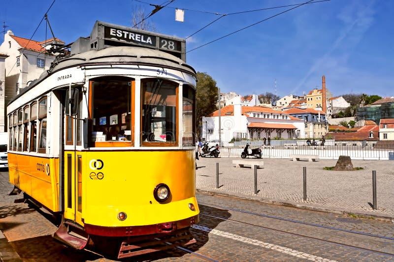 Typische tram 28 in Alfama-district in Lissabon, Portugal stock afbeelding