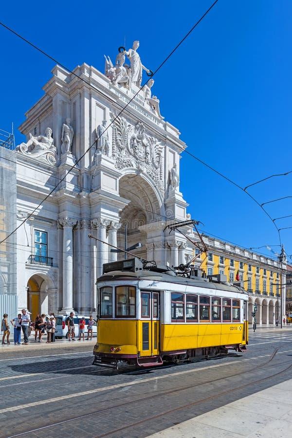Typische Tram in Handelsvierkant, Lissabon stock fotografie