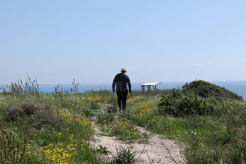 Typische Tsjechische toerist in Oud Kourion-park, in Episkopi, Cyprus De reiziger gaat op standpunt met vooruitzichten van Middel royalty-vrije stock afbeeldingen
