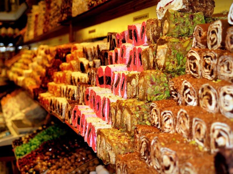 Typische Turkse snoepjes in de bazaar van Istanboel royalty-vrije stock foto