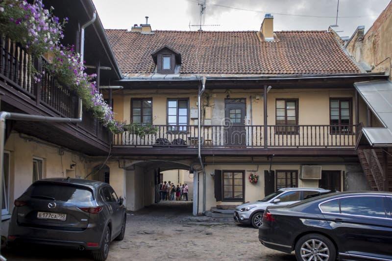Typische two-storey woningbouw met een balkon en een boog royalty-vrije stock afbeelding