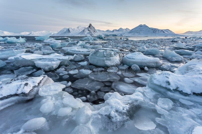 Typische ungewöhnliche arktische Winterlandschaft - Spitzbergen lizenzfreies stockbild