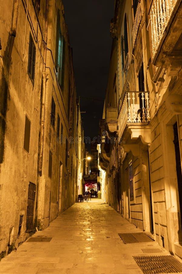 Typische Valletta-straat bij nacht, Malta stock afbeelding
