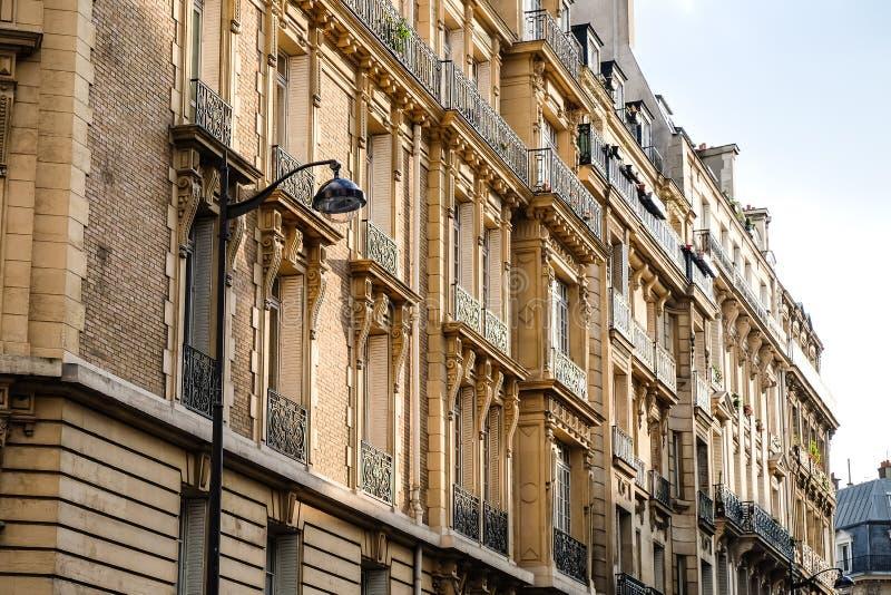 Typische voorgevel van Parijse architectuur Balkons in Parijs royalty-vrije stock foto's
