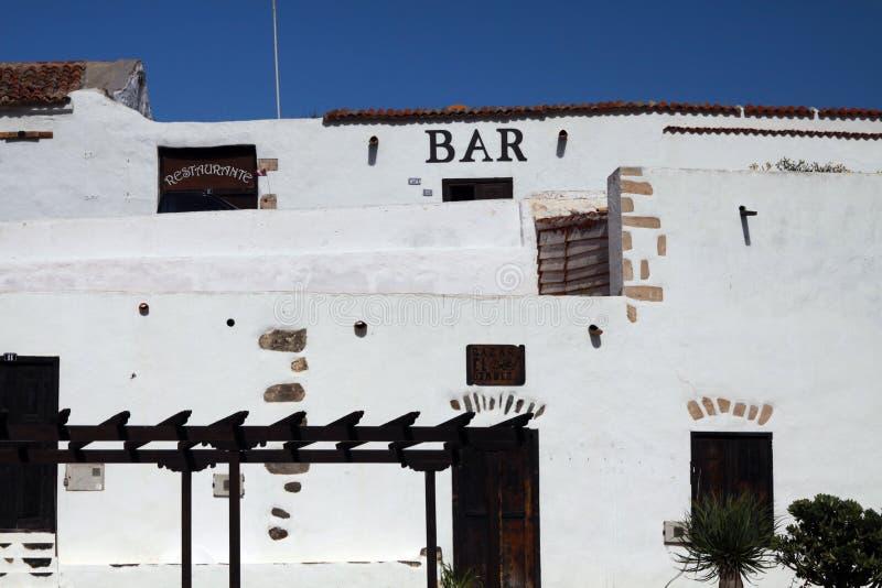 Typische voorgevel van witte Bar in klein dorp op een heuvel, Betancuria, Fuerteventura stock foto
