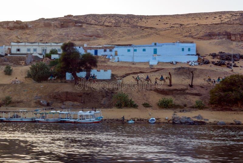 Typische weiße Häuser eines Nubian-Dorfs umgeben durch Palmen nahe Kairo Ägypten und auf den Banken stockfotos