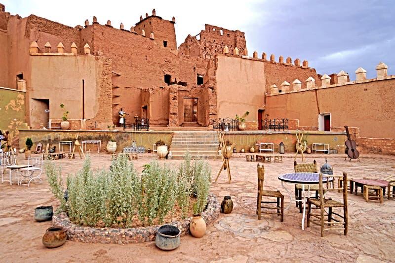 Typische whit van het berberdorp oasisi van de atlasbergen in Marokko royalty-vrije stock foto's