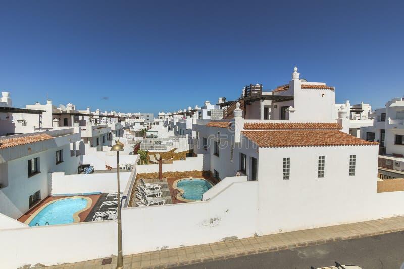 Typische witte huizen van Canarische Eilanden, Fuerteventura stock afbeeldingen