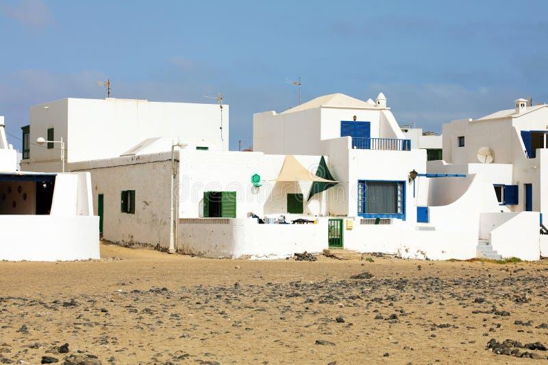 Typische witte strandhuizen in Caleta Famara, Lanzarote, Spanje royalty-vrije stock fotografie