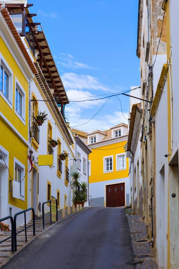 Typische woonstraat in oude stad Reg. van van Lagos, Algarve royalty-vrije stock foto