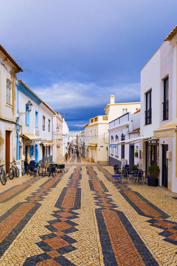 Typische woonstraat in oude stad Reg. van van Lagos, Algarve stock afbeeldingen