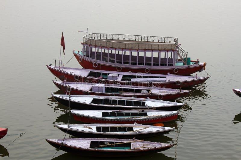Typische Zweiwegboote auf dem Ganges lizenzfreies stockfoto