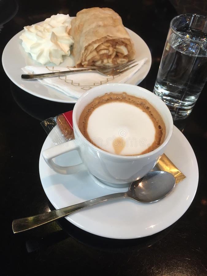 Typischer österreichischer Kaffee mit Apfelstrudel stockbild