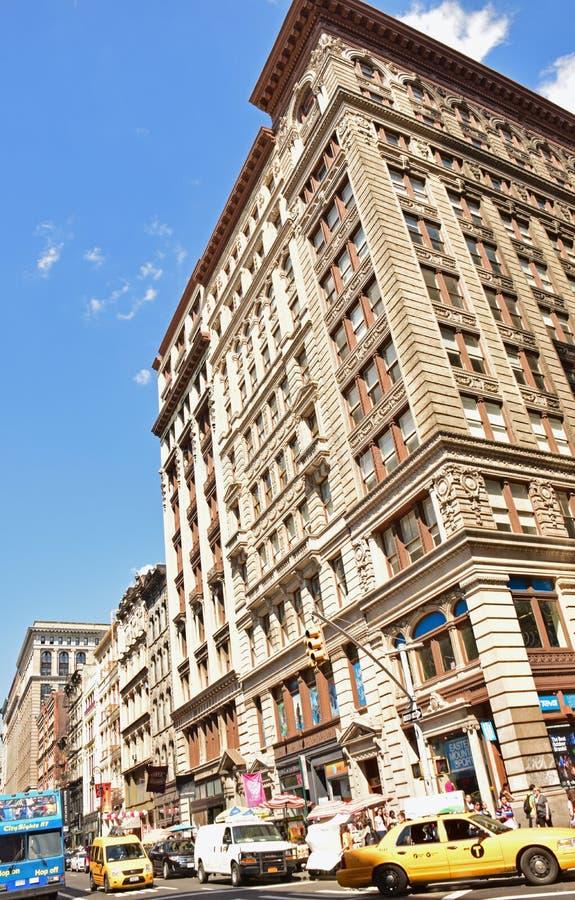 Typischer Anblick von New- Yorkgebäude mit sehr beschäftigtem Verkehr lizenzfreies stockfoto