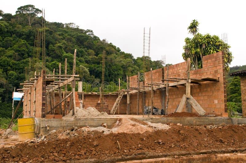 Typischer Aufbau im Beton und im Ziegelstein stockfotos