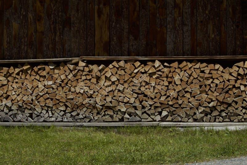 Typischer europäischer Holzschuppen in den Alpen stockfotografie
