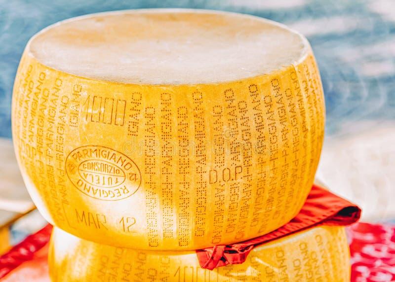 Typischer italienischer Parmesankäse Reggiano-Käsekopf stockfoto