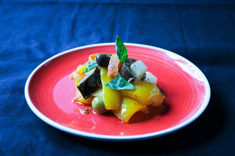 Typischer italienischer Teller Caponata mit Kartoffel lizenzfreie stockfotos