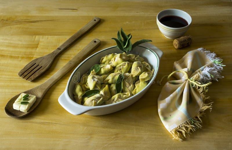 Typischer italienischer Teller von selbst gemachten Teigwaren stockfotos