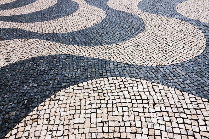 Typischer Kopfstein in Lissabon, Portugal lizenzfreie stockbilder