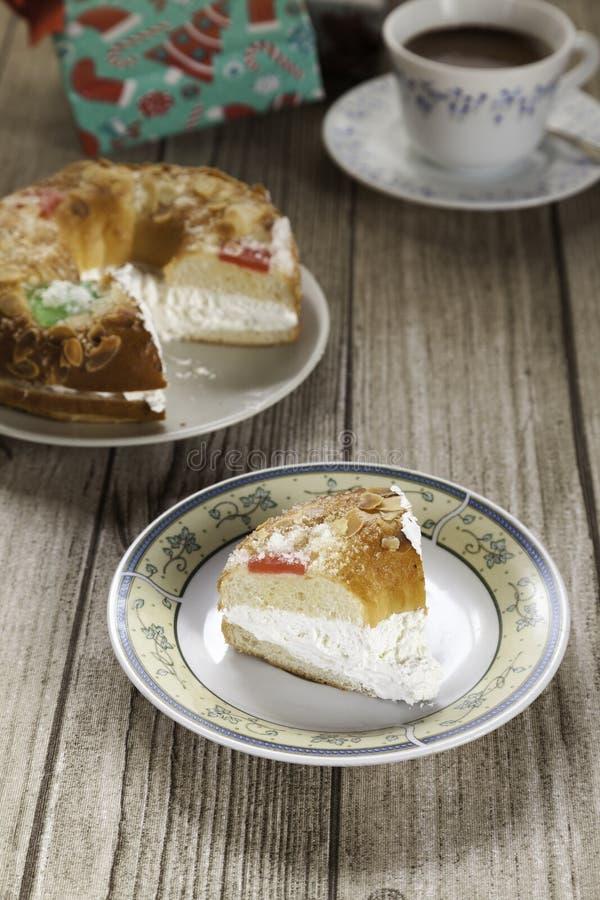 Typischer Nachtisch des Spanischen der Offenbarung Roscon de Reyes lizenzfreie stockfotos