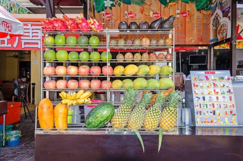 Typischer Stall mit frischen Säften und den Smoothies angeboten, zusammengedrückt und aus verschiedenen Früchten heraus gemisc stockfotos