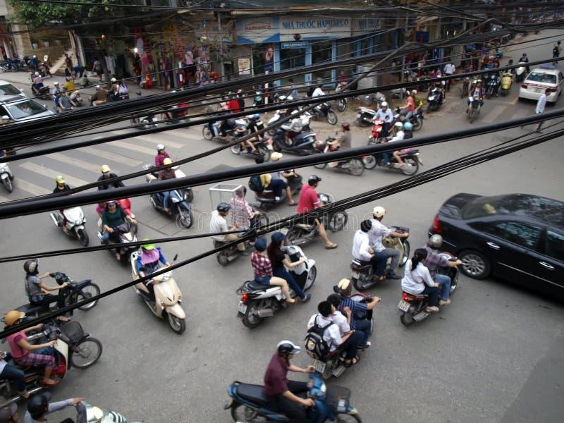 Typischer Stau auf Querstraße im Hanoi stockfotos